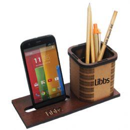 Porta canetas ecológico feito em madeira. Produto de excelente acabamento e bom gosto. Medidas: 20 x 8 x 9 cm.