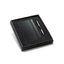 Kit de caderno e esferográfica. Cartão e alumínio. Caderno capa dura com 96 folhas não pautadas cor marfim. Em caixa almofadada. Incluso caderno e esf...