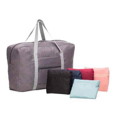 MT Brindes - Bolsa de viagem dobrável confeccionada em poliéster e alça para mãos em nylon. Possui bolso principal na parte superior, bolso frontal também utilizad...