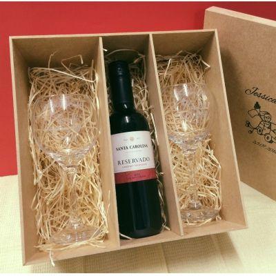 Print Maker - Kit contendo 2 taças de vidro para vinho, 300 ml, modelo Celebra e 1 uma garrafa de vinho tinto seco, 375 ml.em caixa de madeira em MDF cru