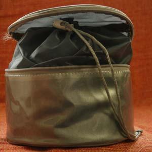 Embalagem - Necessaire redonda personalizada em nylon 70 plastificado, com compartimento interno em nylon 70. Pode-se alterar cor, material e tamanho.