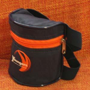 Embalagem - Porta MP3 para atleta personalizado em nylon amassado. Na parte de trás contem um elástico que permite que o atleta prenda a bolsinha no braço.