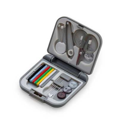 Skill Brindes Promocionais - Possui três alfinetes de pérola, pinça, mini tesoura, passador de linha, conjunto com 6 linhas coloridas, três agulhas, alfinete de gancho e três botõ...