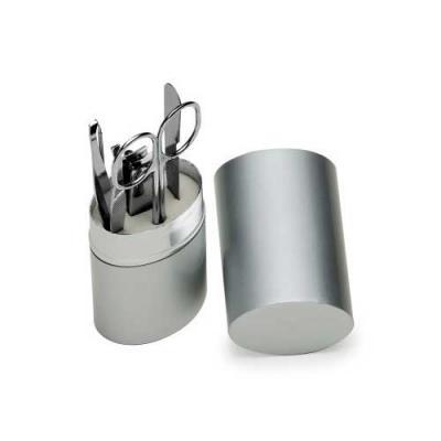 Skill Brindes Promocionais - Kit manicure 5 peças em estojo oval de alumínio. Possui lixa, tesoura, pinça, empurrador de cutícula e cortador de unha.