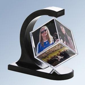 Madson Brindes - Porta foto cubo com design super arrojado, comporta 6 fotos.