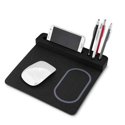 Fabrika de Chaveiros - Mouse pad com carregador por indução. Material confeccionado em Poliuretano e Poliester, possui suporte para canetas e celular na lateral, possui indu...
