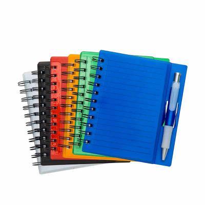 Brindes da Terra - Bloco de anotações acrílico colorido com wire-o e caneta plástica. Possui aproximadamente 70 folhas brancas pautadas, caneta plástica colorida com det...