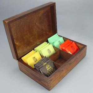 Brindes da Terra - Estojo de madeira escurecida com 6 divisórias com sachês de chá nacional.