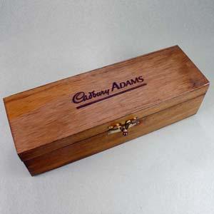 Brindes da Terra - Caixa de madeira de reflorestamento com acabamento escurecido, com fecho e dobradiças, para garrafa de vinho e bebidas em geral. A caixa pode ser grav...