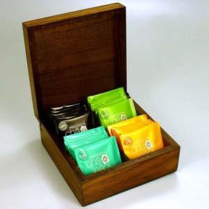 Brindes da Terra - Kit de chá com 32 sachês de chá nacional, sabores diversos na caixa de madeira pinus, com quatro divisórias, acabamento escurecido ou natural cru.Pers...