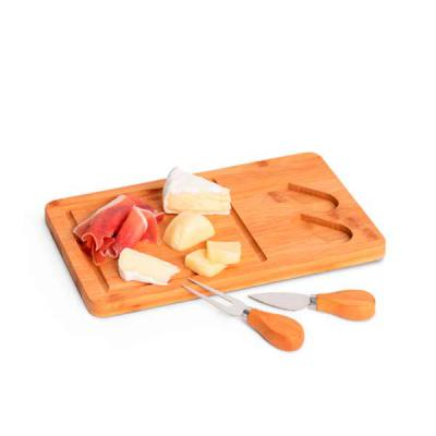 Queen's Brindes - Tábua de queijos. Bambu e aço inox. Com 2 talheres. Incluso caixa de cartão. Food grade. 310 x 180 x 15 mm | Caixa: 316 x 186 x 25 mm
