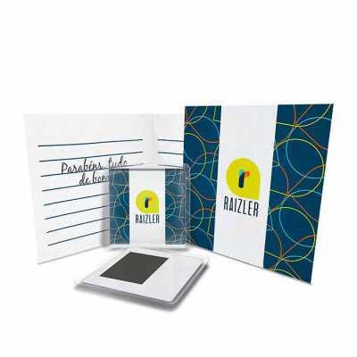 Raizler - Moldura acrílica 6,4x6,4cm, impresso colorido 5,6x5,6cm, verso moldura com manta magnética 3,9x2,9cm, card colorido 10x10cm (fechado), envelope 10,5x1...