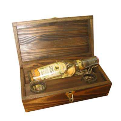 Armazém Brasileiro - Caixa personalizada confeccionada em madeira envelhecida com cachaça artesanal de 300 ml ouro e dois copos de dose.  Medidas : 27 x 14 x 8,5 cm. Brind...
