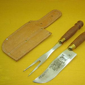 Armazém Brasileiro - Conjunto pantaneiro personalizado composto por 01 faca e 01 garfo trinchante em inox, com cabo torneado em madeira e enfeite em latão entre o cabo e a...