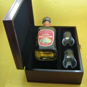 Armazém Brasileiro - Estojo personalizado de madeira com garrafa de cachaça Velho Pescador e dois copos de dose.Seus melhores clientes lembrados com o melhor presente.