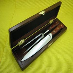 Armazém Brasileiro - Estojo personalizado de madeira com faca e garfo de inox com cabo de madeira. Deixe sua marca em contato com seus clientes com este estojo sofisticado...