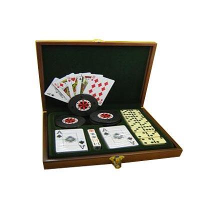 Armazém Brasileiro - Estojo personalizado, confeccionado em madeira forrada em veludo com diverso jogos.Faça a diversão de seus clientes com este kit completo de jogos.