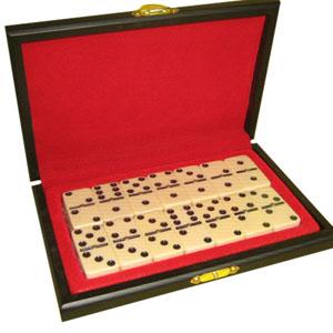 Armazém Brasileiro - Estojo personalizado, confeccionado em madeira com pintura em preto acetinado, forro em veludo vermelho em fino acabamento com jogo de dominó.  Medid...