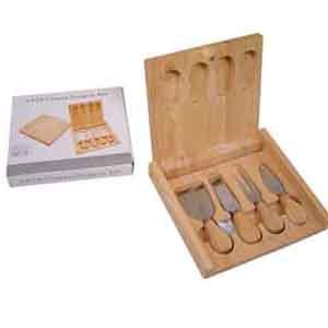 Armazém Brasileiro - Jogo de facas personalizada para queijo confeccionadas em inox com estojo de madeira. Medidas : 20,5 x 19 x 3 cm.Sua marca presente na cozinha de seus...