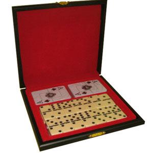 Armazém Brasileiro - Jogo de dominó e dois baralhos plastificados em estojo de madeira com pintura em preto acetinado, forro em veludo vermelho em fino acabamento. Medidas...
