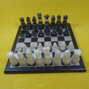 Armazém Brasileiro - Jogo de xadrez personalizado, confeccionado em MDF, com pintura em preto acetinado, casas em prateado e peças em tipo madrepérola, em fino acabamento....