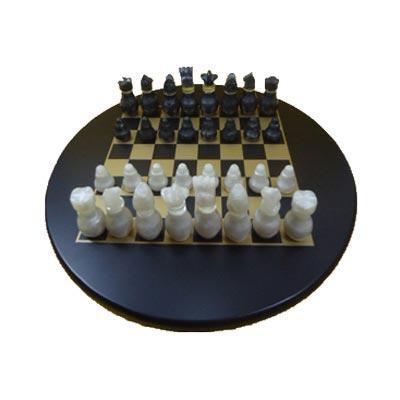 Armazém Brasileiro - Jogo de xadrez personalizado confeccionado em MDF com pintura em preto acetinado, casas em dourado e peças em tipo madrepérola com fino acabamento.  T...
