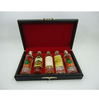 Armazém Brasileiro - Kit Cachaça. 05 miniaturas 50ml de cachaça artesanal, estojo de MDF preto acetinado e forro em veludo