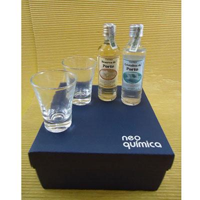 Armazém Brasileiro - Kit Cachaça com 02 miniaturas de 50ml contendo cachaça artesanal e 02 copos dose, caixa de presente