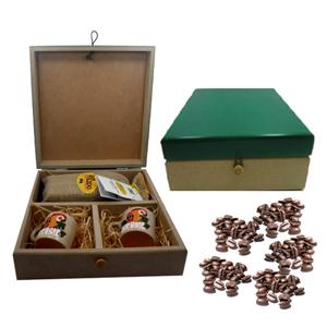 Armazém Brasileiro - Kit personalizado de café composto por duas canecas em cerâmica porcelanizada com arara pintado a mão e saché de café de 250 grs em saco de juta em es...