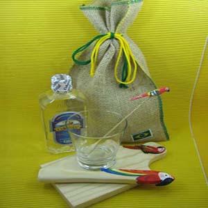 Armazém Brasileiro - Kit caipirinha personalizado, composto por tábua, copo, batedor, mexedor e uma garrafa de bebida em saco de juta com costura verde e amarela.Sua marca...