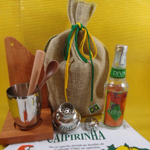 Armazém Brasileiro - Kit de caipirinha personalizado, composto por coqueteleira, 1 base para coqueteleira, 1 tábua de corte, 1 socador de madeira, todos em eucalipto rosad...