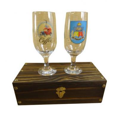 Armazém Brasileiro - 01 caixa em Pinus envelhecido e 02 copos para cerveja