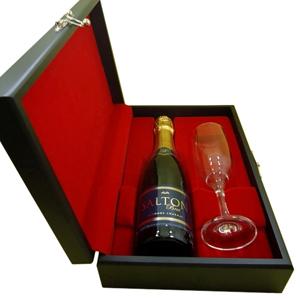 Armazém Brasileiro - Kit de champagne com 01 espumante salton de 375 ml ou chandon de 375 ml e 01 taça em estojo de madeira com pintura em preto acetinado, forro em veludo...