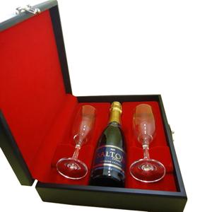 Armazém Brasileiro - Kit de champagne composto por 01 espumante salton 375ml  ou chandon 375ml e 02 taças em estojo de madeira com pintura preto acetinado, forro em veludo...