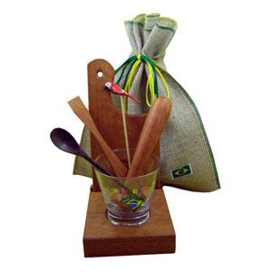 Armazém Brasileiro - Kit personalizado de caipirinha luxo composto por uma base para tabua e copo, uma tábua de corte, um socador  de 18,5 cm, todos em madeira tamarino, u...