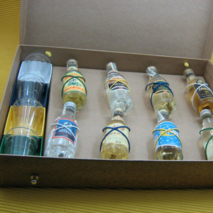 Armazém Brasileiro - Kit personalizado, composto por oito miniaturas de bebidas e quatro copos de dose em estojo presenteável. Leve aos seus clientes o melhor sabor com o...
