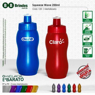 BB Grupo - Squeeze Wave 250 Metalizado: Squeeze em PE resistente e flexível, 250 ml. Bico em PVC Cristal que permite a vedação impecável. Tampa rosqueável em PP....