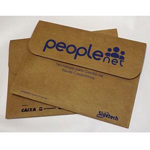 DiPort - Pasta personalizada tipo envelope, confeccionada em kraft natural, com botão imantado e acabamento em costura, que torna a pasta resistente e elegante...