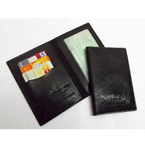 DiPort - Porta-documentos confeccionado em couro sintético, com porta-cartões e visor acrílico, acabamento em costura. Personalização em baixo relevo