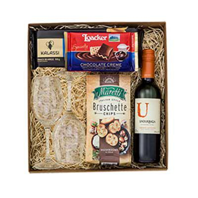Vecelka Brindes - Kit Gourmet com Taças, Vinho, Chocolate e Snacks - KIT-GO1. Kit Gourmet com 2 taças de vinho, 1 mini vinho tinto Undurraga 375 ml, 1 chocolate creme e...