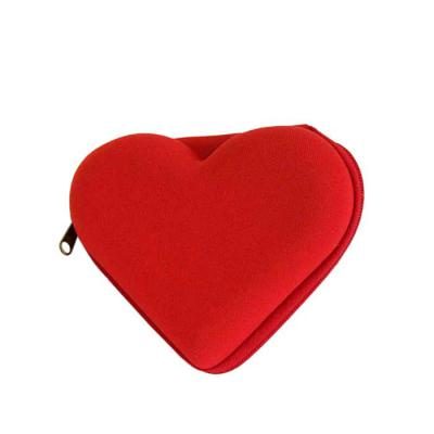 JOMO - Estojo coração Promocional termomoldado com revestimento externo em poliéster. Fechamento com zíper. Dimensões: 115 mm x 99 mm x 40 mm.