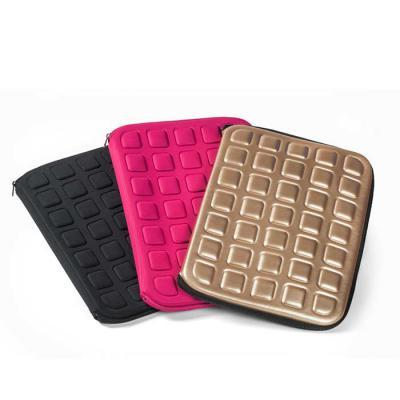 JOMO - Porta Notebook temomoldado com revestimento externo e interno em poliester. Fechamento em zíper. Dimensões: 370 x 280 x 30 mm