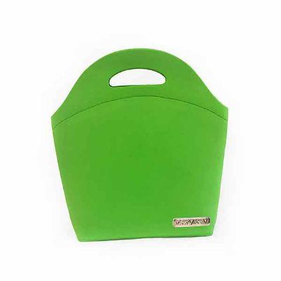 JOMO - Lancheira termomoldada com revestimento externo e interno em poliéster verde. Fechamento em zíper. Personalização com placa de metal nas medidas 60 x...