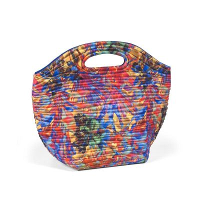 JOMO - Lunch bag promocional termomoldada com revestimento externo em poliéster e revestimento interno com manta térmica e saco plástico. Fechamento com zípe...