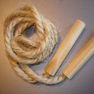 Estilo Brindes - Pula corda personalizado em cizal. Comprimento de 1,78 cm. Gravação nos cabos de madeira a 1 cor. Embalados individualmente em saquinho plástico.