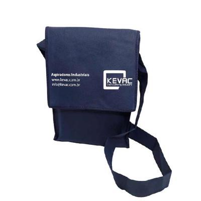 Embalabrindes - Bolsa modelo carteiro em TNT gramatura 80, com alça transversal também em TNT e logo frontal.  Tamanho: Personalização de acordo com a necessidade do...