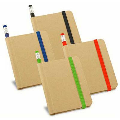 Reina Brindes Promocionais - Caderno. Cartão. Capa dura. Com 70 folhas não pautadas de papel reciclado. Incluso lápis. 82 x 105 mm