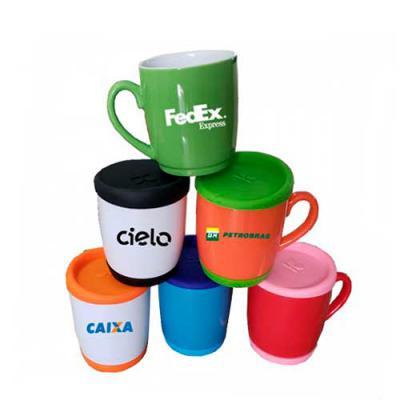 Capital Brindes & Cia - Caneca de Porcelana com tampa e base em silicone. 330 ml.  Ideal para divulgar sua marca em eventos, conferências ou até presentear clientes e parceir...