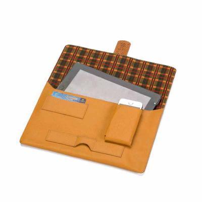P2K Brindes - Porta tablet, contem internamente porta cartão e porta celular. Materiais: couro, sintético Tam.: 30x21