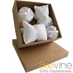 Beetrade Gift - Kit relaxante contendo 2 máscaras com essência relaxante e 2 velas em caixa de MDF personalizada com silk sreen de 1 cor, decorado com pot-pourri de f...
